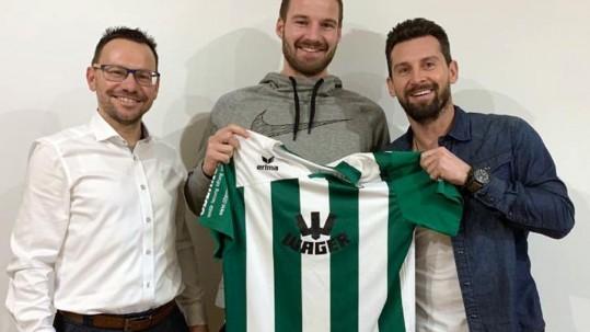 Abteilungsleiter Christian Renner (links) und der Sportliche Leiter Stefan Kerle (rechts) freuen sich über Rückkehrer David Anzenhofer.